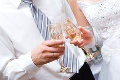 Neu-verheiratete Paare mit Gläsern Stockfoto