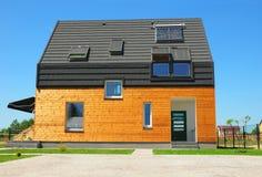 Neubau-Haus-Energieeffizienz-Lösungs-Konzept im Freien Solarenergie, Solarwarmwasserbereiter, Sonnenkollektoren, Oberlichter, Ven Stockfotografie