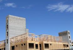 Neubau mit zwei Ziegelstein-Aufzugs-Wellen stockfoto