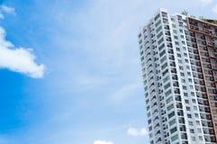 Neubauarchitektur auf Hintergrund des blauen Himmels Lizenzfreie Stockbilder