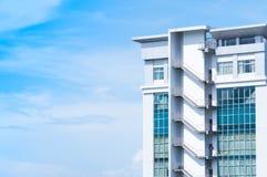 Neubauarchitektur mit Notausgangtreppe auf Hintergrund des blauen Himmels Lizenzfreies Stockbild