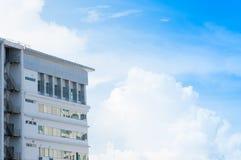 Neubauarchitektur mit Notausgangtreppe auf Hintergrund des blauen Himmels Lizenzfreie Stockfotos