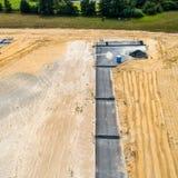 Neubaubereich von der Luft, ausführliche Ansicht der Entwicklung einer Sackgasse, mit blauer beweglicher Toilette für das constru stockbilder