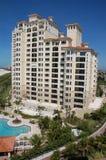 Neubaugebäude auf Strand Stockfoto