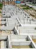 Neubaugrundlagen-Zementwände stockbilder