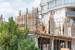 Neubaustandort des kleinen Wohngebäudes mit Verstärkungsmetallpfosten und -beton Lizenzfreie Stockfotos