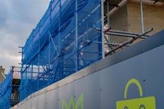Neubauwohnungenentwicklung, die das Scaffholding zeigen und neeting Sicherheit lizenzfreies stockbild