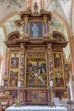 Neuberg ein der Murz - geschnitzter vielfarbiger früher barocker Altar schloss in Jahr 1668 mit der Absetzung (Pieta) in der Mitt Stockbilder
