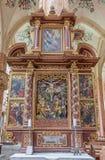 Neuberg ein der Murz - Seite schnitzte den vielfarbigen frühen barocken Altar, der in Jahr 1668 mit der Kreuzigung in der Mitte i Lizenzfreies Stockfoto