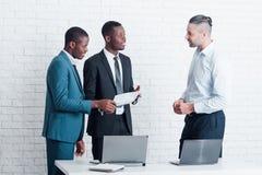 Neue Angestellte, die führenden Manager im Büro treffen lizenzfreie stockfotografie