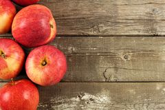 Neue Apfelgrenze auf rustikalem gealtertem Holz Stockfotografie