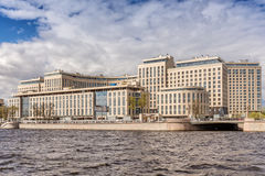 Neue Auslese komplexes ` Flussufer Wohn`auf dem Ushakovskaya-Damm auf den Banken des Bolshaya Nevka in St Petersburg lizenzfreies stockbild