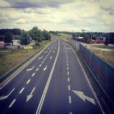 Neue Autobahn in der Landschaft Stockfotografie