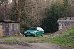 Neue bård, Tyskland - April 21, 2018: grön tjeckisk bilSkoda Felicia på parkeringsplats i vårmalmberg Royaltyfria Bilder