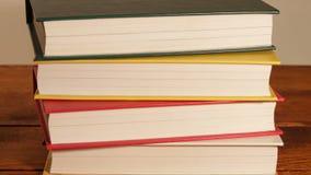 Neue Bücher auf Stapel-Stellung stock video