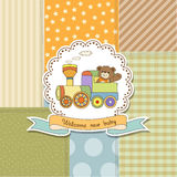 Neue Babymitteilungskarte mit Zugspielzeug Stockfoto