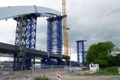 Neue Bahnbrücke, die errichtet wird Stockbild