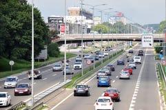 Neue Belgrad-Straße mit Fußgängerbrücke lizenzfreies stockbild