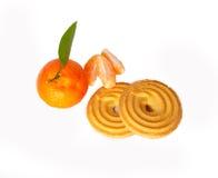 Neue Biskuitkuchen und Scheiben der Mandarine Stockfotos