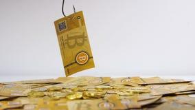 Neue Bitcoin-Banknote hebt auf großen Metallhaken an stock video footage