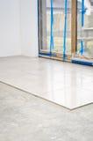 Neue Bodenfliesen, Installation Stockfoto