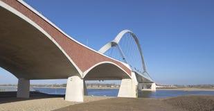 Neue Bogenbrücke stockbilder
