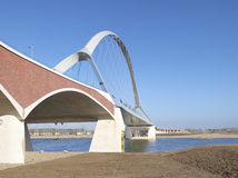 Neue Bogenbrücke lizenzfreie stockfotografie