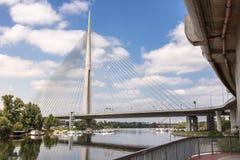 Neue Brücke über Ada in Belgrad Stockbild