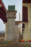 Neue Brücke stützt sich im Bau stockbild