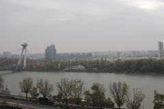 Neue Br?cke vom Schloss - Bratislava, Slowakei lizenzfreie stockfotografie