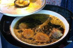 Neue brasilianische acaraje Küche, die in dunklem kochendem dende PA kocht Stockbild