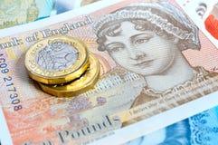 Neue BRITISCHE Pfund-Banknoten und Münzen Stockfotos