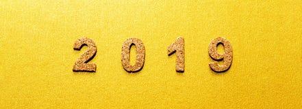 Neue des Entschließungsjahre Konzeptes 2019 Korkenjahrzahl auf Goldfarbhintergrund lizenzfreie stockfotografie