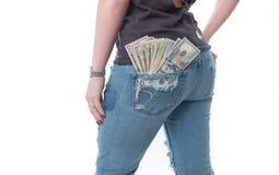 Neue Dollarrolle in der Hüftetasche der abgenutzten Blue Jeansnahaufnahme Lizenzfreies Stockfoto