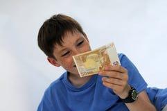 Neue Dollarrolle in der Hüftetasche der abgenutzten Blue Jeansnahaufnahme Stockfotografie