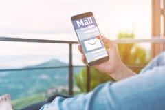 Neue E-Mail-Mitteilung am Handy Lizenzfreie Stockfotos