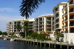 Neue Eigentumswohnungen an der tropischen Rücksortierung Stockbild