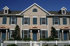 Neue Eigentumswohnungen mit Pfosten-Zaun Lizenzfreie Stockbilder
