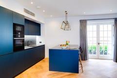 Neue elegante Küche und Fenster Stockbild