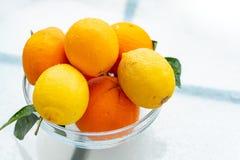 Neue Ernte von geschmackvollen organischen Orangen und von Zitronen, Zitrusfrüchte in der Glasschüssel stockbilder