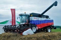 Neue Erntemaschine steht auf einer Ausstellungsplattform Stockfoto