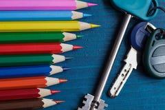 Neue Farben des Lebens: Bleistifte und die Schlüssel zu einer neuen Wohnung Stockfotos