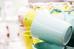 Neue farbige Becher Stockbild