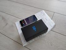 Neue Flaggschiffausgabe - Bogensiebtelefon im Kasten mit dem Empfang Lizenzfreies Stockfoto