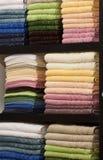 Neue flaumige Tücher auf einer Zahnstange im System Lizenzfreie Stockfotos