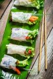 Neue Frühlingsrollen eingewickelt im Reispapier Lizenzfreie Stockfotos