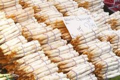 Neue Franzosen Aspargus auf einem Markt-Stall Stockbild