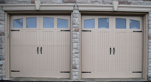 Neue Garage-Türen Lizenzfreie Stockfotos