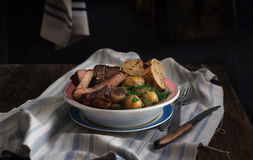 Neue gebratene Kartoffeln der Platte grillten Steakscheiben Abendtisch conc Stockbilder