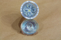 Neue geführte Birne und die alte Halogenlampe auf Kraftpapier Lizenzfreie Stockbilder